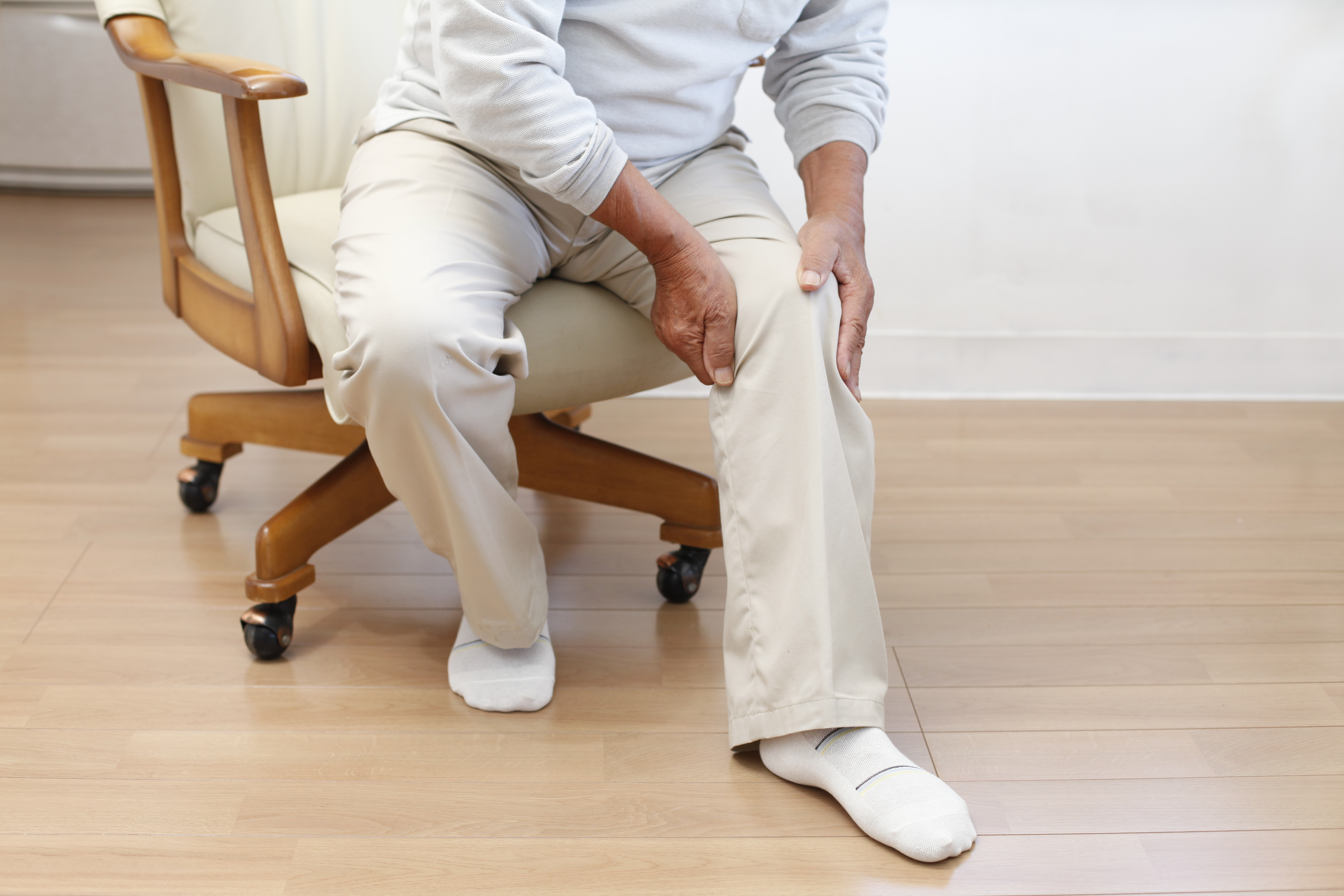 man with joint pain who needs a knee replacement